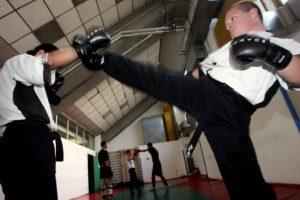 20070521-MILANO-CRO-COMMERCIALE: UNA GIORNATA CON BARTOLOMEO Bartolomeo durante l'allenamento di kick boxing presso il palasesto. MATTEO BAZZI / ANSA